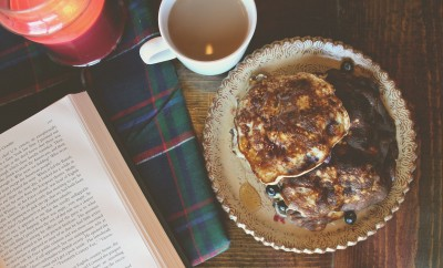 sunday morning blueberry vanilla protein pancakes (flour free)