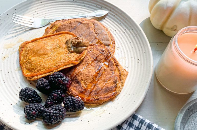 paleo, pumpkin, almond, coconut flour, healthy, pancakes, breakfast, fall, pumpkin spice, healthy, delicious, fall, recipes, gluten free, dairy free, protein, egg whites, low carb, no added sugar,