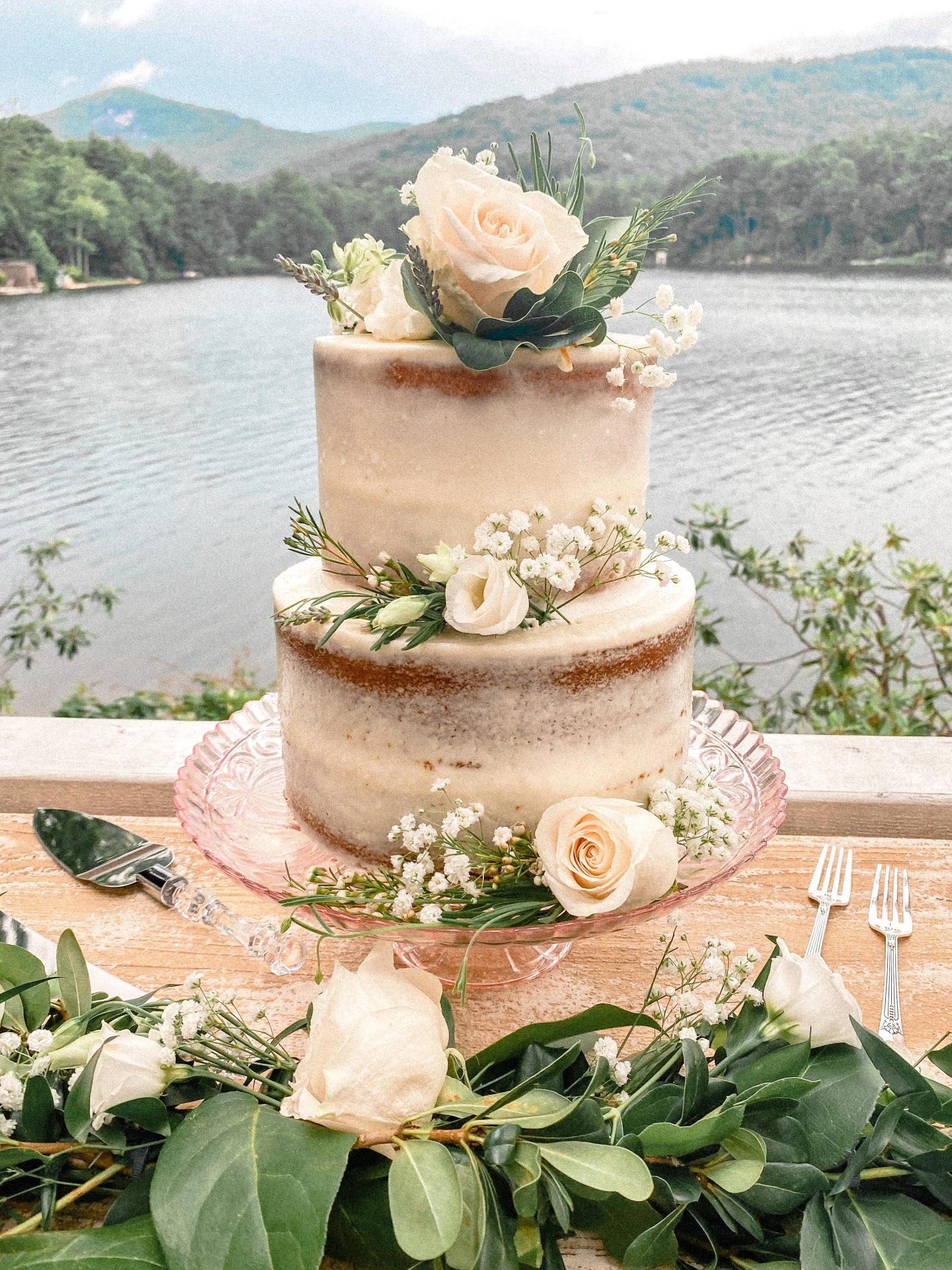 wedding cake, blue ridge bakery, Brevard, minimal, rustic, flowers, white cake, almond, the best wedding cake, greystone inn